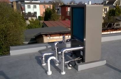 venkovní jednotka IVT AIR X umístěná na střeše - připojení k objektu